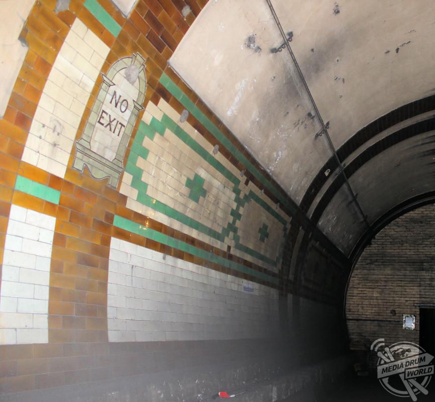 Brompton Road Underground station Leslie Green tiling. Bowroaduk / mediadrumworld.com