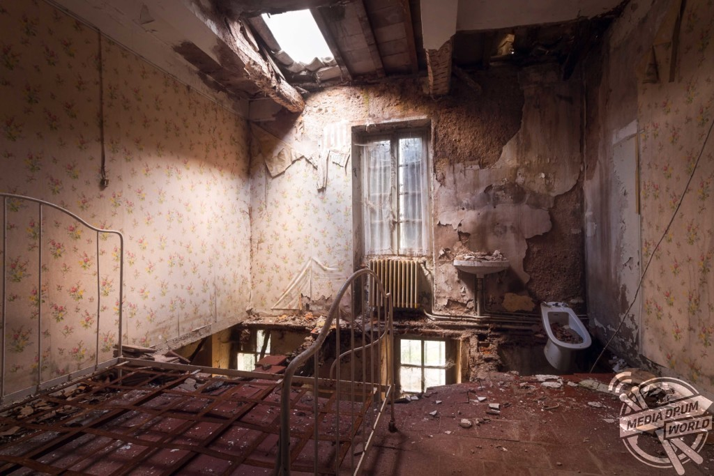 The floor of this bedroom has collapsed leaving the en-suite hanging on. Roman Robroek / mediadrumworld.com