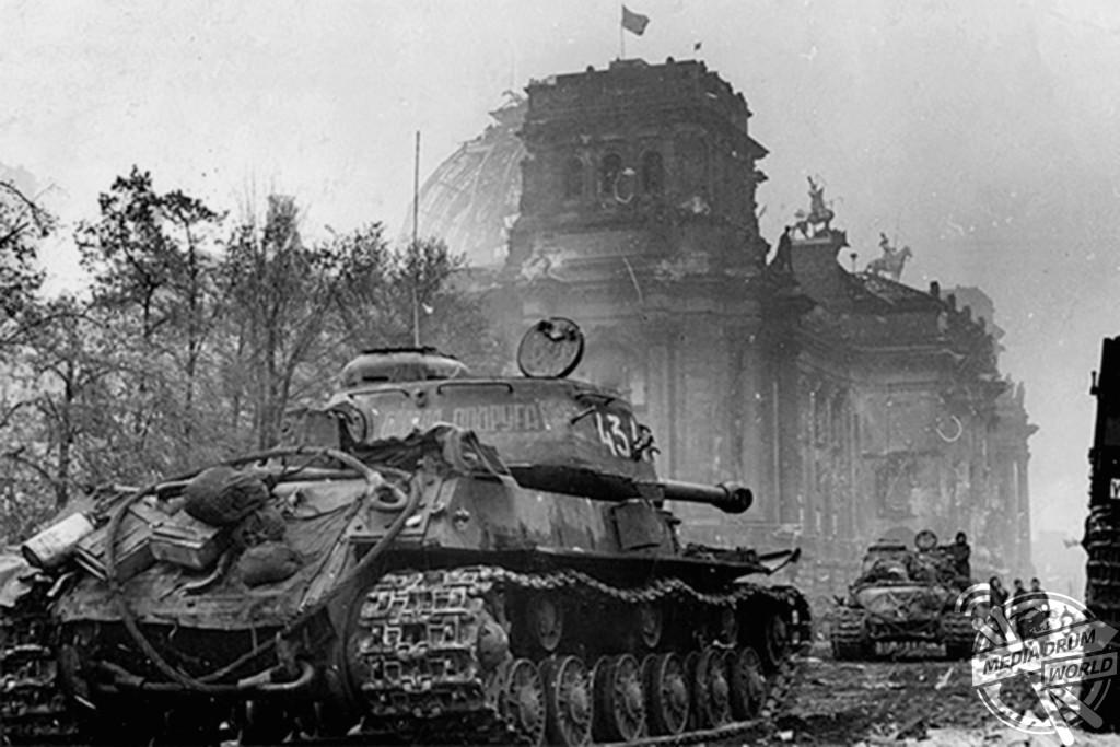 Soviet tanks outside the Reichstag.  Vassili J. Subbotin / mediadrumworld.com